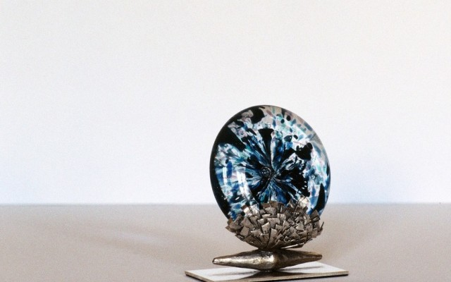 Un travail très influencé par la création de bijoux (mon premier métier). Il s'agit là aussi d'assemblages de matières précieuses ou semi-précieuses soutenus par du bronze ou de l'acier. Les […]